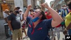 Žena na protestu u Havani (Foto: AP)