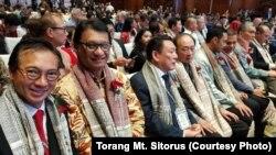 """Para pejabat yang hadir dalam acara """"Bali Fintech"""" mengenakan ulos selama berlangsungnya acara di Badung, Bali, 11 Oktober 2018. (Foto courtesy : Torang Mt. Sitorus)"""