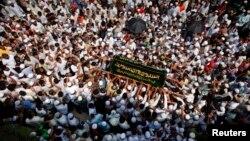 4月2日﹐民眾在仰光街頭抬著因為火災死亡兒童的棺材遊行。