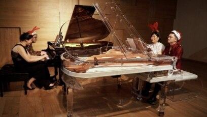 Empat pianis dengan dua piano membawakan lagu medley natal. (Foto courtesy)
