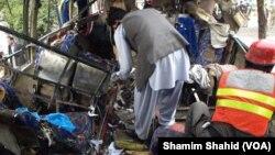 Hiện trường vụ nổ bom trên xe buýt ở Pakistan ngày 16/3/2016.