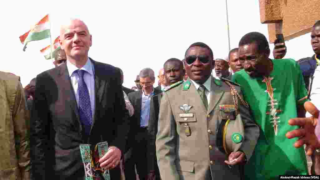 Gianni Infantino avec le président de la Fenifoot, au Niger, le 27 février 2017. (VOA/Abdoul-Razak Idrissa)