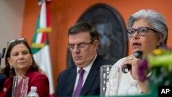 마샤 바르세나 미 주재 멕시코 대사(왼쪽부터), 마르셀로 에브라드르 멕시코 외교장관, 그라시엘라 마르케스 멕시코 경제부 장관이 3일 워싱턴 주재 멕시코 대사관에서 기자회견을 열었다.