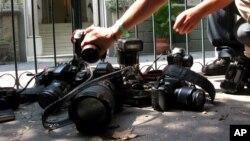 Arhiva - Fotografi ostavljaju svoje kamere na zemlji u znak protesta zbog ubistva novinarke Regine Martinez, u Meksiko Sitiju, Meksiko, 29. aprila 2012. godine.