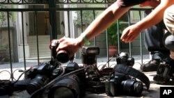 Pada foto 29 April 2012 ini, wartawan foto meletakkan kamera mereka dalam sebuah demo di Mexico City mengecam dugaan pembunuhan wartawan Regina Martinez, seorang koresponden majalah investigasi Meksiko. (Foto: dok.)