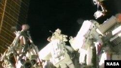 Astronot Sunita Williams (solda), Akihiko Hoshide (sağda)