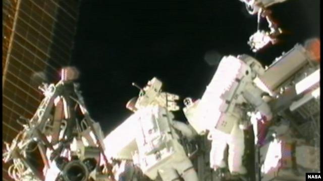 Astronot AS Sunita Williams (kanan) saat melakukan perbaikan stasiun antariksa internasional (foto: dok).