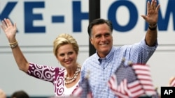 7일 미국 플로리다주 포트세인트루시에서 유세 중인 공화당 미트 롬니 대통령 후보(오른쪽)와 부인 앤 롬니 여사.