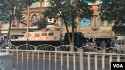 중국 신장 자치구 우루무치 거리에 경찰 차량이 세워져 있다. (자료사진)