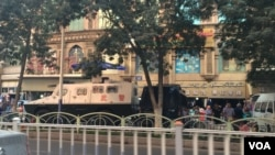 新疆乌鲁木齐街头的武警车辆(2014年9月)