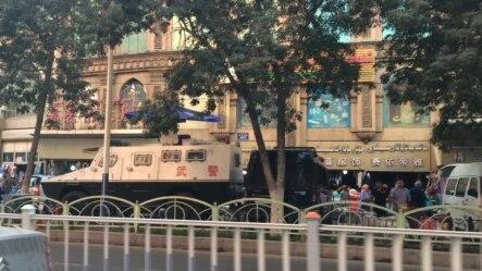 乌鲁木齐街头有武警车辆(2014年9月,VOA图片)