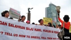 Para aktivis perempuan menggelar aksi damai dengan melakukan orasi di Bundaran Hotel Indonesia, Jakarta hari Minggu sore (18/9).