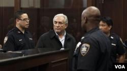 Strauss-Khan compareció ante la jueza de Manhattan, mientras en Europa comienzan a hablar de su salida del FMI.