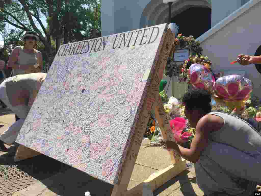Signatures are seen on a 'Charleston United' board outside of Emanuel AME church in Charleston, South Carolina, June 21, 2015. (Amanda Scott/VOA)