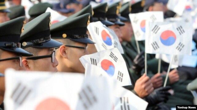 23일 서울 전쟁기념관에서 열린 연평도 포격도발 전사자 2주기 추모식에서  태극기를 흔드는 해병대 장병들.