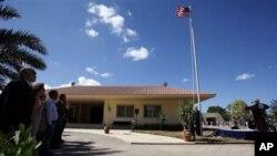 Suasana pengibaran bendera di depan Kedubes Libya di Tripoli (Foto: dok). Pemerintah AS menarik lebih banyak staffnya di Kedubes AS di Tripoli untuk sementara karena alasan keamanan.