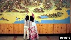 Du khách xem bản đồ tại Khu nghỉ mát núi Kim Cương. Hiệp hội Các nhà đầu tư Tour du lịch Núi Kim Cương của Nam Triều Tiên cho biết việc ngưng chỉ các tour du lịch làm cho các công ty trong hiệp hội bị mất đi 750 triệu đô la doanh thu.