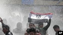 1月28日埃及武装警察用水炮镇压示威人群