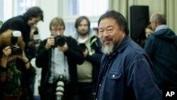 L' artiste chinois Ai Weiwei arrive dans une conference de presse sur Einstein Professorship at the University Of Arts (UDK) in Berlin, Oct. 26, 2015. (AP Photo/Markus Schreiber)