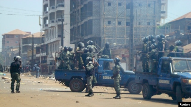 Anti-riot policemen deploy across Conakry to separate rival gangs, March 1, 2013.