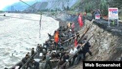 북한 '로동신문'은 함경북도 수해복구에 필요한 물자를 정해진 시간 안에 보내기 위해 청진철도국 직원들이 복구작업에 투입됐다며, 작업 모습을 15일 게재했다.