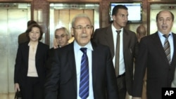 Ông Burhan Ghalioun (giữa), thành viên cao cấp của Hội đồng Quốc gia Syria