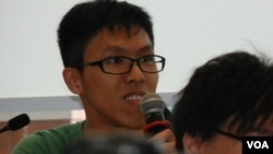 現場觀看辯論的學生向戴耀廷提問,佔中是否已經「打定輸數」 (美國之音湯惠芸拍攝)