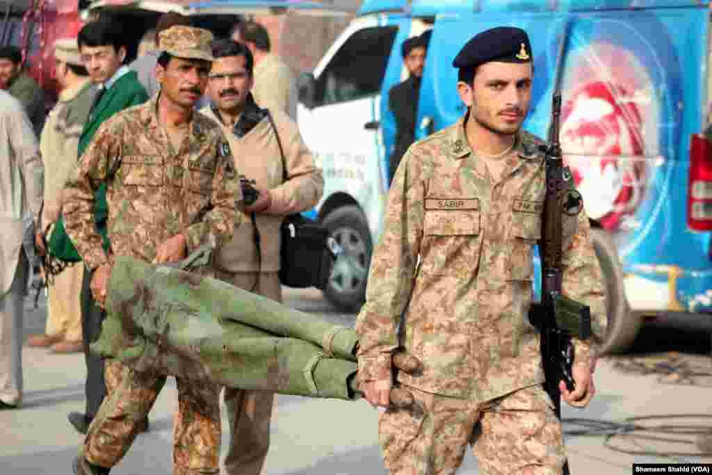 Los heridos fueron llevados a un hospital militar y al Lady Reading Hospital de Peshawar, Pakistán. (VOA)