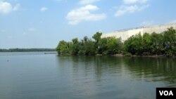 Sungai Potomac yang mengalir melalui Washington DC. Bahan-bahan kimia penyebab kanker dan obat-obatan seperti antibiotik mencemari banyak danau dan sungai di Amerika (foto: ilustrasi).