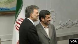 Hubungan perdagangan Turki dan Iran terus meningkat dalam satu dekade terakhir. Presiden Iran Mahmoud Ahmadinejad dan Presiden Turki Abdullah Gul dalam pembicaraan kerjasama ekonomi di Istanbul akhir Desember lalu (foto: dok).