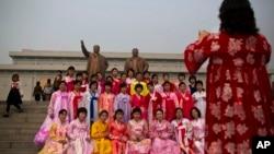 지난 2014년 한복을 곱게 차려입은 북한 여성들이 평양 만수대 김일성.김정일 동상 앞에서 기념 사진을 촬영하고 있다. (자료사진)