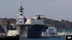 Trực thăng của Lực lượng Phòng vệ Biển Nhật Bản đáp trên khu trục hạm Izumo.