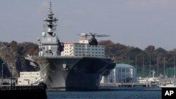 一架日本自卫队的直升机准备降落在日本海上自卫队的出云级直升机驱逐舰甲板上(2016年12月6日)