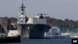 Trực thăng của lực lượng Phòng vệ Biển Nhật Bản hạ cánh xuống tàu sân bay trực thăng Izumo. Hải quân Nhật Bản có kế hoạch mua tàu chở dầu trong bối cảnh gia tăng hoạt động trên Biển Hoa Đông.