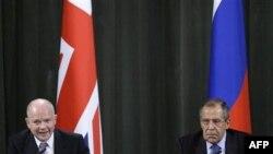 Ліворуч: міністр закордонних справ Великобританії Вільям Гейґ під час зустрічі з російським колегою - Сергієм Лавровим