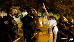 2016年5月24日,在美國新墨西哥州,防暴警察局阻止反川普示威者進入阿爾伯克基會議中心