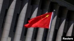 资料照:北京人大会堂前飘扬的中国国旗。