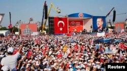 에르도안 총리가 16일 수많은 지지자들이 운집한 가운데 반정부 시위에 대한 강경입장을 밝히고 있다