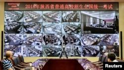 2018年6月7日,中國陝西省西安,一年一度的全國高考,工作人員通過攝像頭監督各地考場。