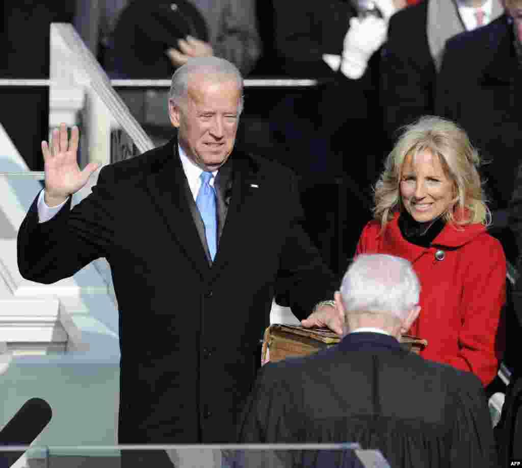 លោក Joe Biden និងភរិយា ពេលលោកស្បថចូលកាន់តំណែងជាអនុប្រធានាធិបតីសហរដ្ឋអាមេរិកនៅវិមានសភាសហរដ្ឋអាមេរិក រដ្ឋធានីវ៉ាស៊ីនតោន កាលពីថ្ងៃទី២០ ខែមករា ឆ្នាំ២០០៩។