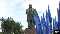 Українські письменники вшанували Шевченка, але не в Каневі