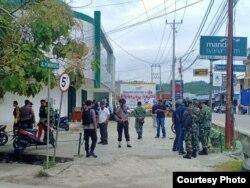 Situasi pengamanan di sekitar Bank Mandiri Syariah di jalan Pulau Irian, Poso Kota,Kabupaten Poso Sulawesi Tengah pasca peristiwa penembakan terhadap seorang anggota Polisi, 15 April 2020. (Foto: Ryan Darmawan)