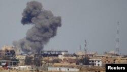 Một đám khói trên một tòa nhà sau vụ không kích của liên quân do Mỹ dẫn đầu chiến đấu với nhóm Nhà nước Hồi giáo, Tikrit, Iraq, ngày 27/3/2015.