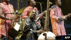 Toumani Diabaté du Mali joue au kora, à Budapest, août 2006.