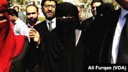 گھوٹکی سے مبینہ طور پر اغوا ہونے والی بہنیں اسلام آباد ہائی کورٹ کے احاطے میں صحافیوں کے سوالات کا جواب دے رہی ہیں۔