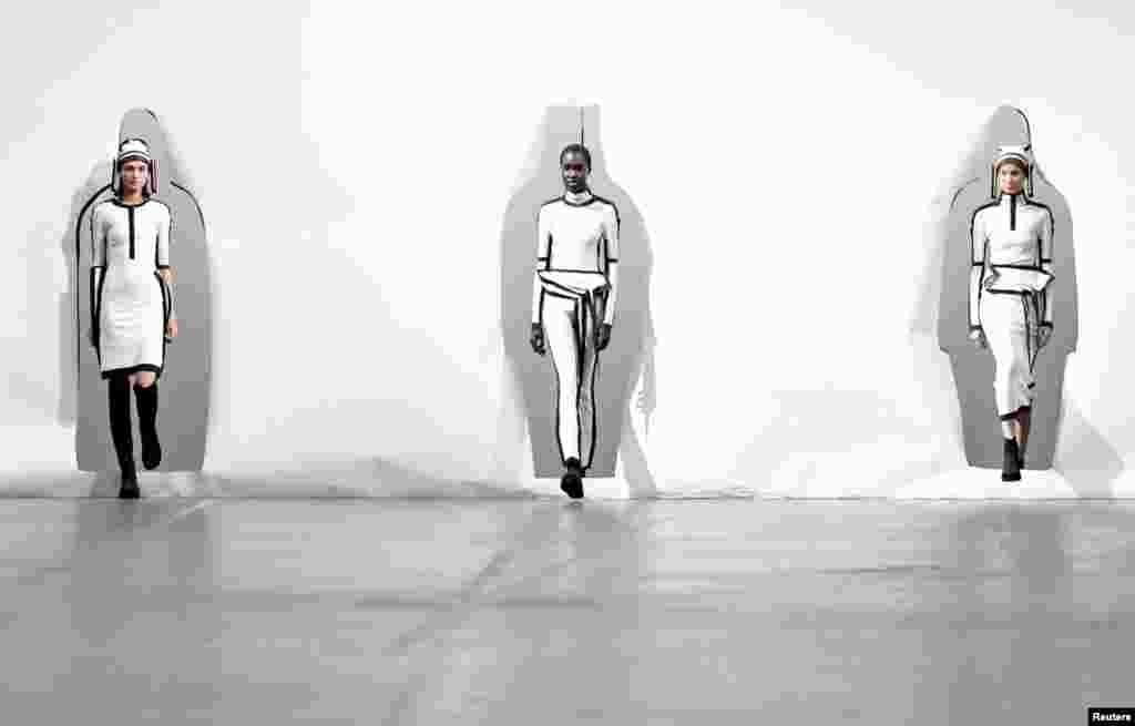 អ្នកបង្ហាញម៉ូដបង្ហាញម៉ូដរចនាដោយលោក Satoshi Kondo ដែលជាផ្នែកមួយនៃការបង្ហាញសម្លៀកបំពាក់សម្រាប់រដូវស្លឹកឈើជ្រុះ/រងា ឆ្នាំ២០២០/២១ នៅក្នុងកម្មវិធីបង្ហាញម៉ូដ Paris Fashion Week នៅក្នុងក្រុងប៉ារីស ប្រទេសបារាំង។