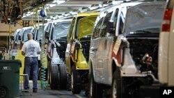 一名通用汽車工人11月3日在密蘇里州的廠房裝配汽車部件。