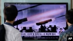 Dân Hàn Quốc theo dõi chương trình tin tức về vụ nã đạn pháo của Bắc Triều Tiên tại nhà ga Seoul, ngày 14/7/2014.