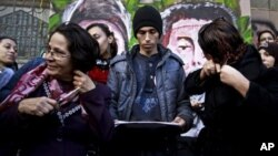 埃及一名反對派婦女12月25日在開羅解放廣場以剪掉頭髮來抗議伊斯蘭主義者支持的憲法草案。