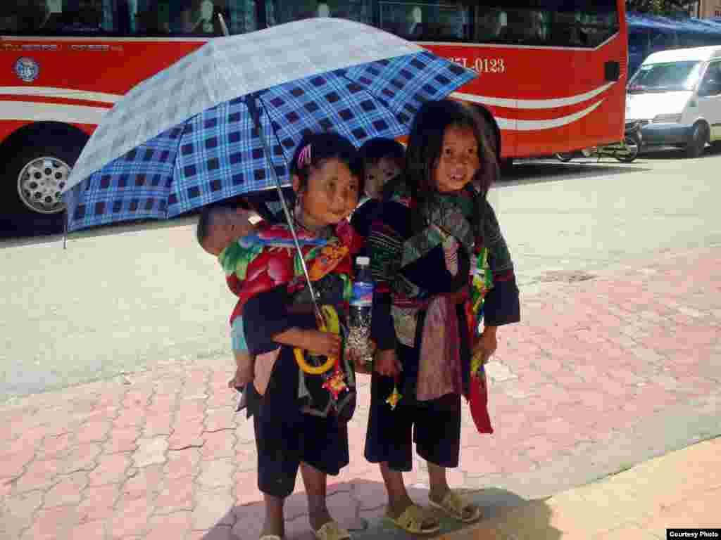 Trẻ em người sắc tộc Hmong bán dạo vật kỷ niệm và nước uống tại Sapa, tỉnh Lào Cai, tây bắc Việt Nam (ảnh của Bùi Thị Đào Nguyên/Việt Nam/độc giả VOA)
